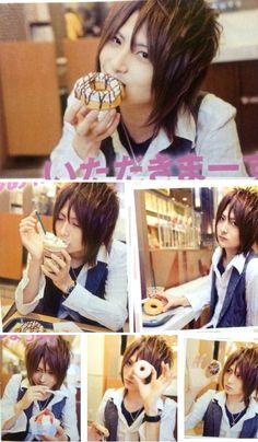 まふまふ ( 、( // ニコニコ動画 ・・so this is the donut shop photo they had talked about Music In Japanese, Japanese Men, Hidden Pictures, Life Pictures, Hd Anime Wallpapers, Cover Songs, Beautiful Voice, Kokoro, Original Song
