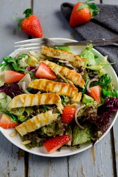 Grill salad with strawberries, avocado and fried / grilled halloumi - Salad is boring? With this recipe, I am proving that this is not true at all. The spicy grill salad - Halloumi Salad Recipes, Avocado Salad Recipes, Salad Recipes Video, Halloumi Salat, Grilled Halloumi, Avocado Salat, Roasted Eggplant Dip, Cheese Salad, Salad Bar