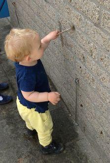 Oefenen met muurschilderen ... met een kwast en modder of waterverf, kan allebei :)