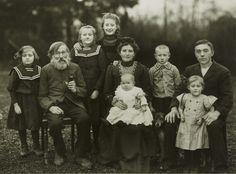 August Sander, Working-class Family, 1912, Gelatin Silver print, Ed. 5/12 of 1990, 18 x 24 cm