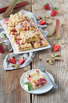 // strawberry rhubarb cake - strawberries and rhubarb combined with a crumb topping to create a delicious summer cake. Strawberry Rhubarb Cake, Scones Ingredients, Vegan Blueberry, Natural Yogurt, Summer Cakes, Healthy Diet Plans, World Recipes, Vegan Butter, Pastel