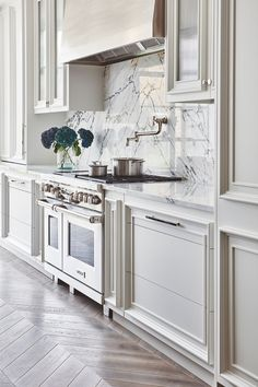 SUDBROOKE — Blakes London This Paonazetto marble backsplash is a striking accompaniment to the elegant timber cabinetry in this Blakes London kitchen. We especially like the warmth that the chevron flooring brings to the space. Modern Farmhouse Kitchens, Home Kitchens, Farmhouse Ovens, Kitchen Modern, Farmhouse Decor, New Kitchen, Kitchen Decor, Kitchen Ideas, Country Kitchen