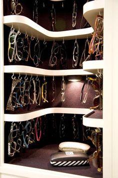 Detalhe da área reservada para óculos do projeto desenvolvido pela arquiteta Moema Wertheimer, da MWA Arquitetura. Cada acessório fica suspenso por um gancho