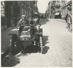 Jacques Henri Lartigue: Zissou et moi habillés en « coureurs d'autos ». Auto de Dion à pneu increvables increvables « Ducasble ». 40 rue Cortambert, Paris, 1903