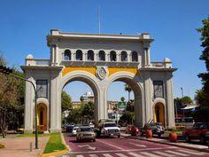La construcción de este edificio se inició en 1939 finalizando en 1941, por órden del Lic. Silvano Barba González, Gobernador con... San Francisco Ferry, Notre Dame, Taj Mahal, Mansions, House Styles, Building, Travel, Guadalajara, Modern House Exteriors