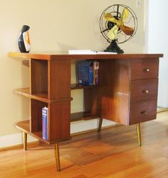 cool desk @ 'Gotcha Modern!' site (also has 'House of Ran Su' pic on 2nd page)