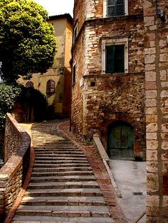 As we cross the Tuscan border into Umbria and drive around Lake Trasimeno, we will arrive in Perugia.  This medieval town symbolized by an Etruscan Arch, the Palazzo dei Priori, and the stately Corso Vannucci, an avenue reserved for pedestrians.