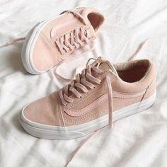 Os tênis devem ser o calçado mais confortáveis e versáteis de todos. Nossa dica é investir num par bom mas com pegada mais neutra. Assim ele pode se encaixar com os mais diversos looks.
