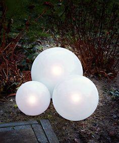 Luxform Solar bollampen  Deze prachtige bollampen kunnen eenvoudig in de grond gestoken worden. Zij zullen de tuin automatisch voorzien van een sfeervolle verlichting vanaf de schemering. Uniek is dat de zonnepanelen in de bol zijn weggewerkt en dus niet zichtbaar zijn. Dat wordt dus heerlijk genieten in de tuin deze zomer.  EUR 17.95  Meer informatie
