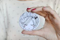Création originale dessence Pocket mirror custome. Mesures : 5,6 cm Finition mate Copyright © essence custome