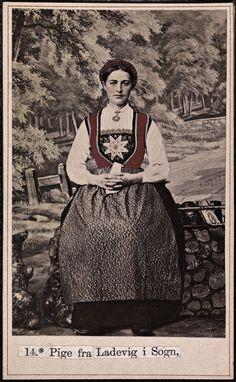 Beskrivelse / Description: Drakt fra Lavik (Høyanger, Sogn og Fjordane). Date: ca. 1860-1870 Fotograf / Photographer: Marcus Selmer (1819-19) Owner Institution: Nasjonalbiblioteket / National Library of Norway