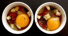 tomates cherry   1 cucharada de albahaca fresca picada y perejil La sal marina y pimienta recién abierto   1 cucharada de mantequilla sin sal, cortada en dados pequeños   2 huevos orgánicos   2 cucharadas de crema de leche   2 cucharadas de parmigiano reggiano, recién rallado