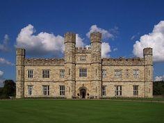 . Castelo de Leeds, Kent, Inglaterra ,,Construída no século 12, a propriedade rural é comumente usada no cinema como locação para residências da aristocracia inglesa.