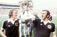 Kenny Dalglish and Danny McGrain. Scotland with the Home International Championship Trophy Retro Football, Football Shirts, Football Team, Kenny Dalglish, English Football League, Celtic Fc, Liverpool Fc, Finland, Scotland
