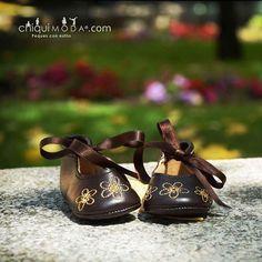 Flores en el fondo y flores a sus pies! ;) #ChiquiModashoes #zapatitosbonitos #calzadodebebe