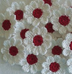 Red and White Crochet Daisies, 12 Small Handmade Appliques, Craft Supplies - Uncinetto - Motivi Per Uncinetto Crochet Daisy, Cotton Crochet, Thread Crochet, Crochet Crafts, Crochet Projects, Knit Crochet, Crochet Wreath, Crochet Motifs, Crochet Flower Patterns