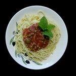 Spaghetti mit Gemüse-Tomatensoße und veganem Parmesan Käse