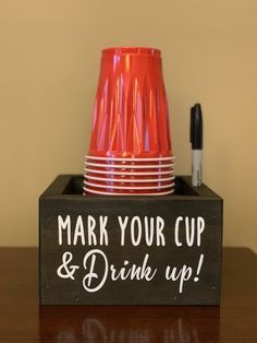 Solo cup holder / Cup and marker holder/ Graduation cups/ Party cup holder / Cup Caddy/ Mark Your Cup – DIY Event Diy Craft Projects, Outdoor Projects, Crafts To Make, Fun Crafts, Creative Crafts, Deco Restaurant, Anniversaire Harry Potter, Party Cups, Grad Parties