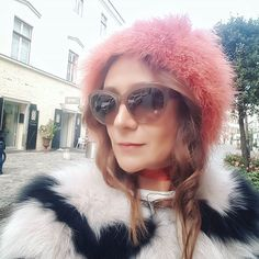 The fabulous fur jacket Olivia made of fox fur with irresistible print and colour combination in blush and black from EYES ON MISHA will be the It-jacket this fall and winter season. Feather Fashion, Fur Fashion, Love Fashion, Winter Fashion, Feather Scarf, Fox Fur Jacket, Fabulous Furs, Street Style Looks, Jeans And Boots
