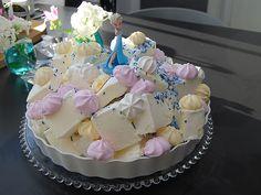 DIY- Frozen teemainen jäätelökakku - Pompom.fi • Juhlat on katettu Childrens Party, Cake Toppers, Frozen, Birthdays, Happy Birthday, Koti, Desserts, Halloween, Diy