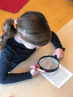 Ik heb een tijdje geleden iets nieuws toegevoegd aan onze taalhoek. We noemen het 'Letterdetective'. Met een vergrootglas en een markeerstift de letter van de week opzoeken. Ik heb de bladzijden gewoon uit een gelezen boek gesneden. De kinderen zijn hartstikke enthousiast!