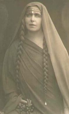 Queen Marie of Romania. The Queen, who was very keen on fancy dress, is here seen as a Druid priestess. Regina Victoria, Queen Victoria, Vintage Photographs, Vintage Photos, Romanian Royal Family, Art Noir, Foto Portrait, Gypsy Life, Mode Vintage