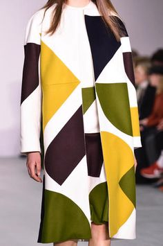 Cappotto multicolor con motivi geometrici Jasper Conran autunno inverno 2016-2017
