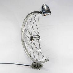idées créatives pour réutiliser les pièces détachées de vélo- lampe à poser en…