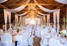 4 romantiske bryllupslokaler Chandelier, Catering, Ceiling Lights, Table Decorations, Home Decor, Barn, Weddings, Candelabra, Decoration Home