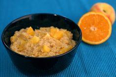 Meestal kook je havermout in plantaardige melk, maar waarom niet eens sap proberen? De sinaasappelsap maakt dit een fris, zomers ontbijt.