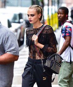 Cara Delevingne: marathon fashion pour la promo de «Suicide Squad» - Top bohème et survêtement Puma.© Getty