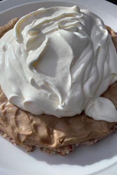 Den är enkel att baka och en tårta få glömmer, Den uppskattas av alla som får smaka av den. En tårta med krämig nougat med en botten av mandel.  Toppad med fluffig mandelgrädde. Besök min sida & NJUT!  Cookie Cake Pie, Cookie Desserts, Swedish Cookies, Grandma Cookies, Cake Recipes, Dessert Recipes, Pavlova, Food Inspiration, Delicious Desserts