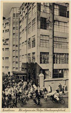 Verkeersdrukte: het uitgaan van de Philipsfabriek Auteur: niet vermeld - 1933 - 1937