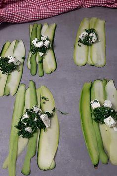Zucchini Röllchen veggie mit Spinat und Feta Feta, Zucchini Lasagne, Zucchini Sticks, Honeydew, Nom Nom, Food And Drink, Low Carb, Fruit, Archive