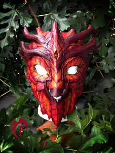 This listing is for a beautifull Greenman mask. It is made of top quality 6-7oz veg leather and is entirelly hand made. The form makes it really