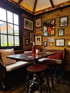Este Casal Construiu Um Mini-Bar No Seu Quintal, E Todo Mundo Está Encantado Com Seu Interior Diy Home Bar, Home Pub, Bars For Home, Backyard Cafe, Outdoor Cafe, Bar Interior, Garden Bar Shed, Home Bar Plans, Petits Bars