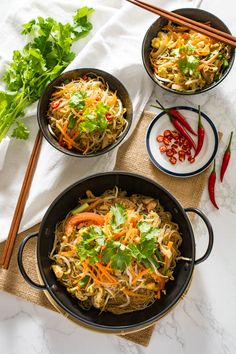 Pad Woon Sen is a classic Thai noodle dish that may not be as popular as Pad Thai but is just as delicious. Glass noodles stir-fried in a savory sauce. Entree Recipes, Asian Recipes, Cooking Recipes, Ethnic Recipes, Noodle Wok, Noodle Dish, Pad Woon Sen Recipe, Stir Fry Glass Noodles, Thai Stir Fry