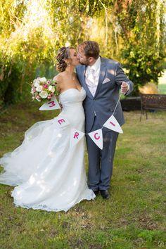L'HEURE EST VENUE DE DIRE MERCI ! Envoyer un faire-part de remerciements après son mariage, c'est une tradition très appréciée par les convives et les membres de vos familles. Et surtout cela vous permet de leur rappeler à quel point ils sont importants à vos yeux et que vous avez apprécié les avoir à vos côtés lors de cette belle journée.  Soyez original et créatif et partagez vos plus beaux souvenirs de jeunes mariés dans une carte de remerciements mariage à votre image. #mariage… Dire, Point, Photos, Wedding, Thanksgiving Messages, Newlyweds, Families, Eyes, Valentines Day Weddings