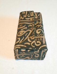 Couvre boîte à mouchoirs recouvert d'un très chic tissu calligraphié. Decoration, Decorative Boxes, Chic, Home Decor, Calligraphy, Slipcovers, Fabrics, Decor, Shabby Chic