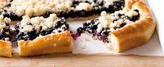 Návod na výrobu kvásku, těsta, borůvek i drobenky. Výsledkem je tradiční borůvkový koláč na plechu, kterým si zpříjemníte jarní nebo letní víkend.