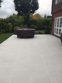 Product Showcase: Sandy White Porcelain Paving creates a crisp, modern entrance and patio - London S Garden Slabs, Garden Tiles, Patio Slabs, Patio Tiles, Garden Paving, Patio Flooring, Concrete Patio, Paving Stone Patio, Stone Backyard