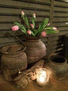 Houten vaas met tulpen