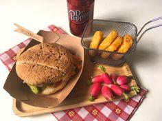 BURGER VEGETARIEN Retrouvez sur le blog ma recette du burger végétarien : pain aux céréales, mozzarella, céleri, carotte, courgette, pesto.... Une tuerie !