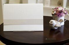 Clássico, branco, simples e elegante: convite de casamento como monograma em relevo seco.