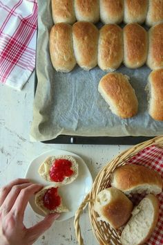 Halvgrove rundstykker i langpanne Homemade Dinner Rolls, No Bake Treats, Nom Nom, Food And Drink, Dessert, Breakfast, Recipes, Caesar Salad, Drops Design