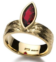 Ruby and yellow gold ring Ruby Jewelry, Gems Jewelry, Jewellery Box, Jewelry Accessories, Burgundy And Gold, Red Gold, Vintage Rings, Vintage Jewelry, Unique Rings