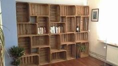 Vintage: sfeervolle boekenkast van fruitkistjes Wood Crates, Wood Pallets, Rustic Western Decor, New Room, Furniture Making, Shelving, Diy Home Decor, Sweet Home, New Homes