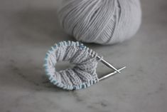 Apprendre à tricoter en rond - Mini-aiguilles - Blog tricot Knitting Blogs, Baby Knitting, Magic Loop, Mini, Knitting Needles, Simple Nails, Easy Nails, Knitted Hats, Pom Poms