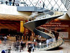 Im Lovre in Paris findet sich direkt unter der Glaspyramide diese Treppe,  sie führt gewendelt in das Souterrain, wo sich die Kassen und Garderoben befinden. Im Treppenauge wurde der Fahrstuhl platziert. Photo by #smgtreppen www.smg-treppen.de #treppen #stairs #escaleras #treppenbau #stahltreppe #wirdenkenmit #welovestairs