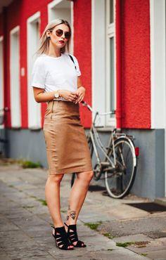 Street style look saia lápis marrom, camiseta branca e sandália preta.